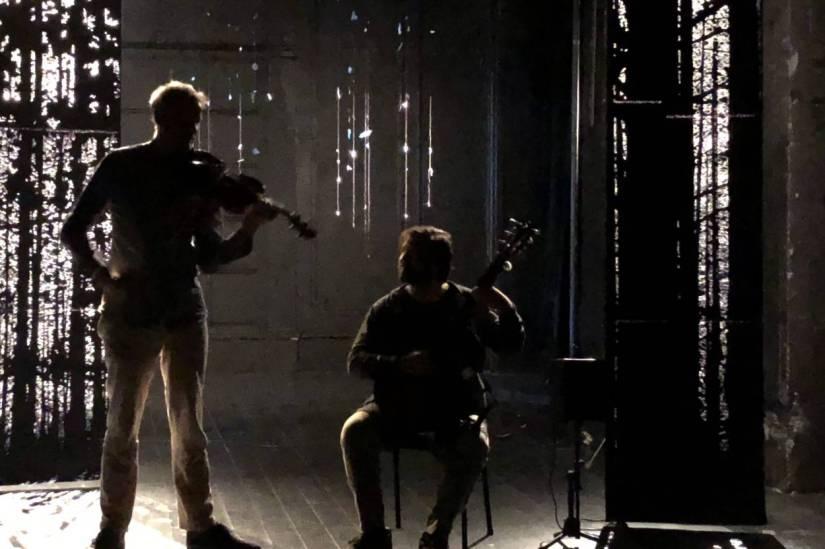 I mörkret försvinner alla olikheter – allt blirmusik