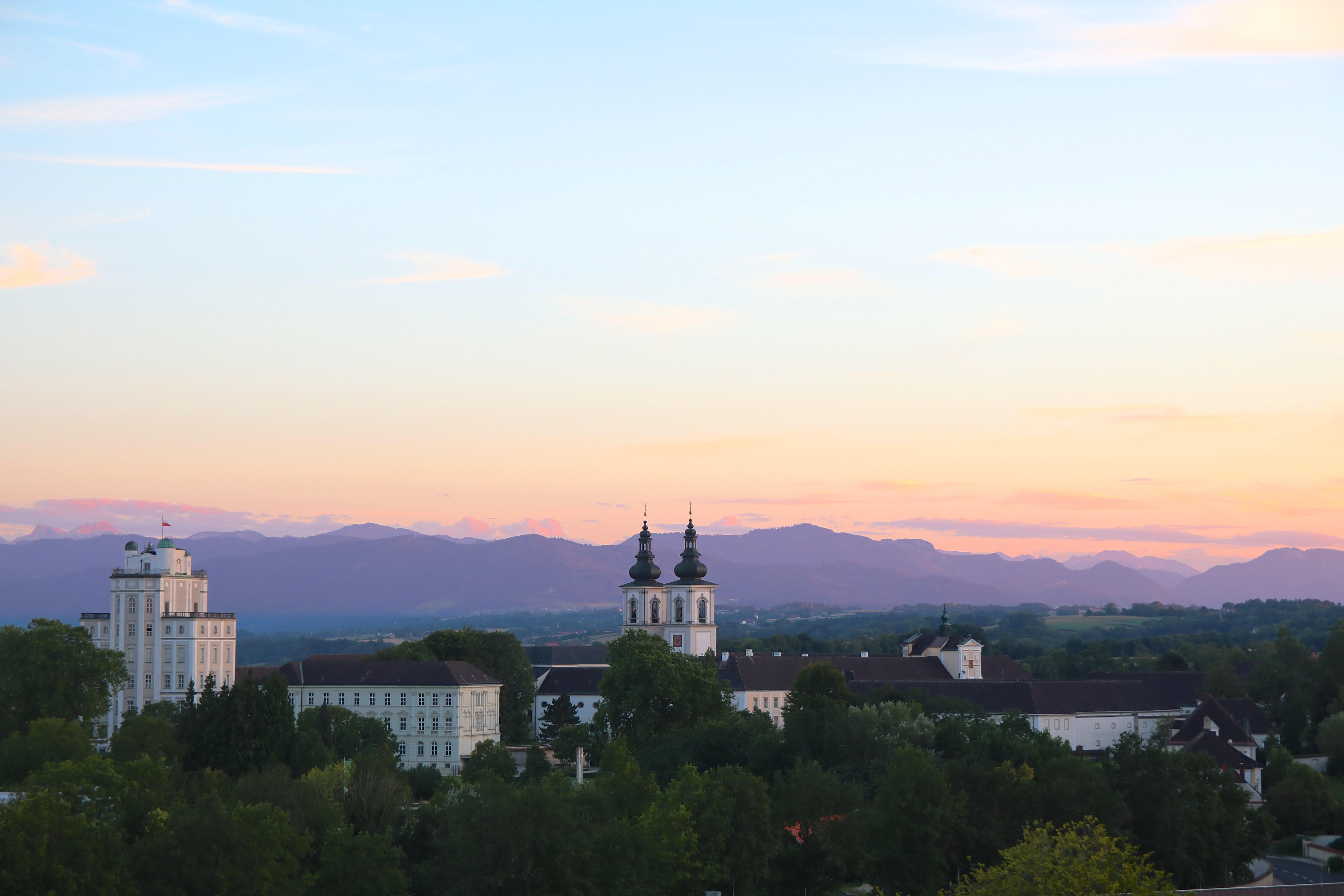 klostret i kremsmünster är Österrikes till ytan näst största kloster. till vänster i bild syns det höga stjärnobservatoriet